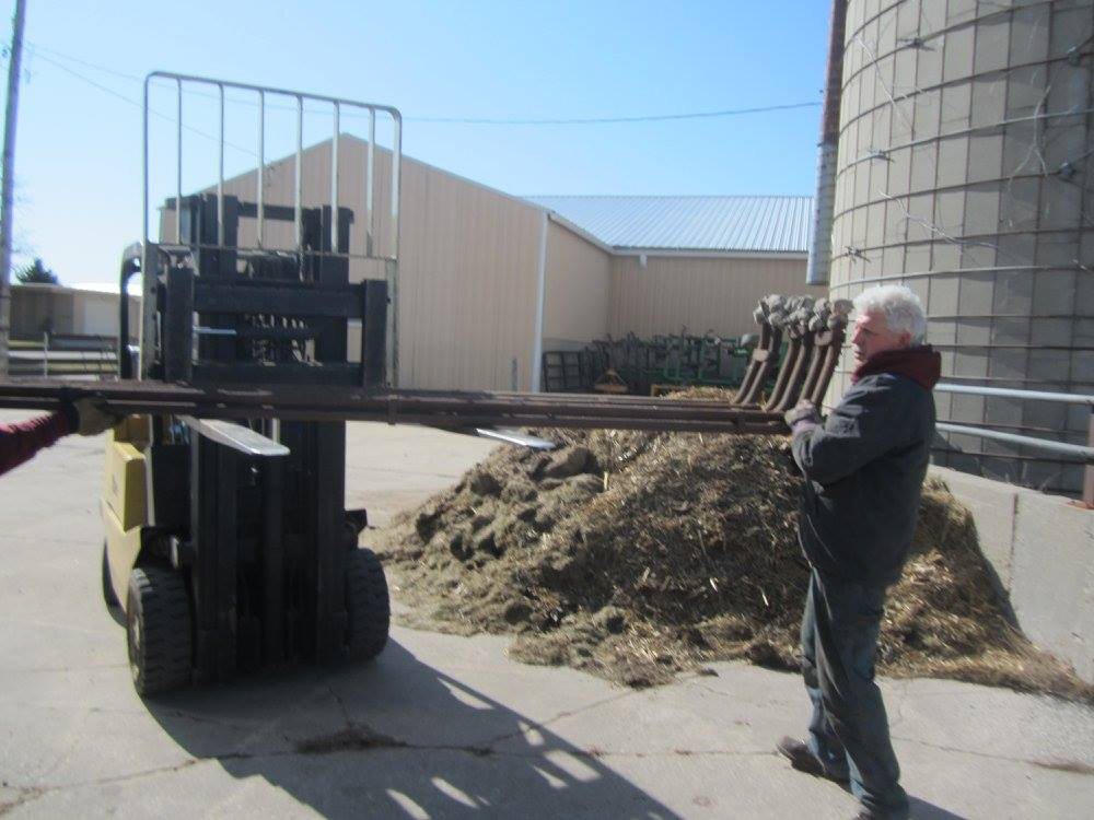 Volunteers unloading CNW 1385 parts at SPEC Machine. April 4, 2015. Photos by Fred & Kathy Vergenz.